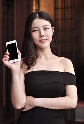 展示手机的女人