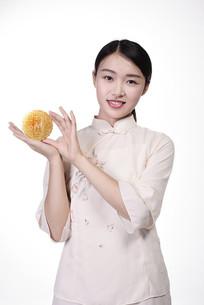 展示月饼的女人