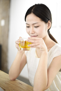 正在品味花茶的女人