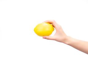 一个黄色的柠檬