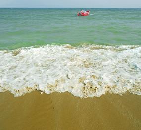 深圳大梅沙沙滩海浪和快艇