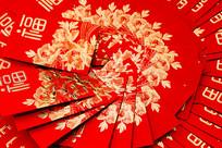整齐摆放的新春红包比较