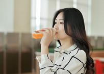 正在喝饮料的女人