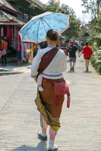 傣族妇女背影