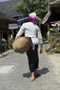 肩背箩筐的傣族女人