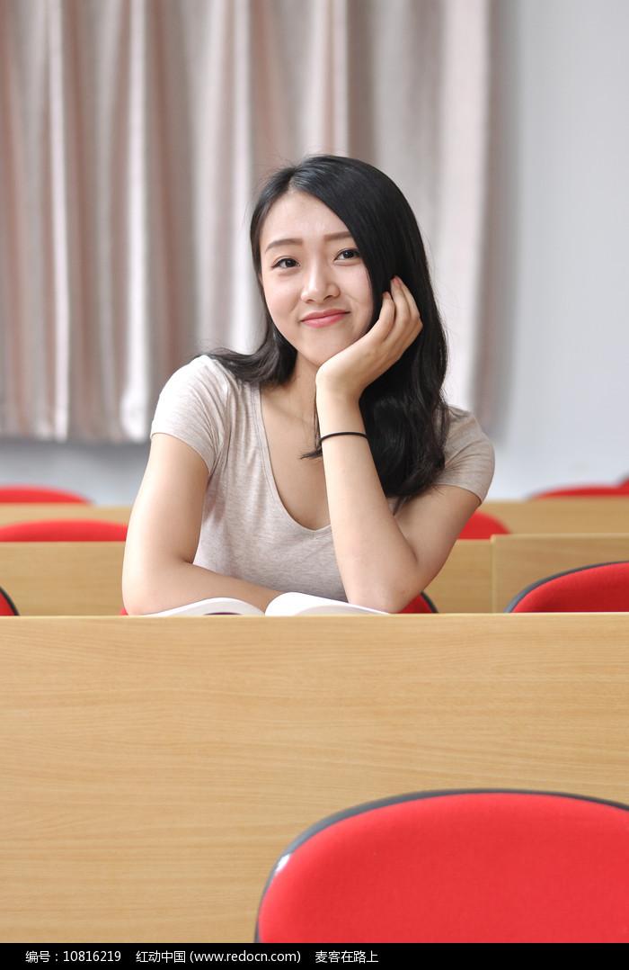 教室里的美女大学生图片