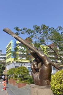深圳大芬油画村画笔和手雕塑