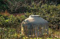 四川山区农村土地上的灌溉储水罐