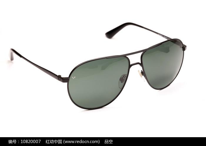 白背景上的墨绿色太阳镜图片