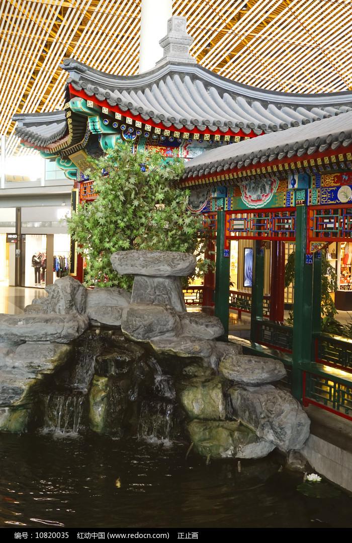 北京机场仿皇家园林回廊及池塘 图片