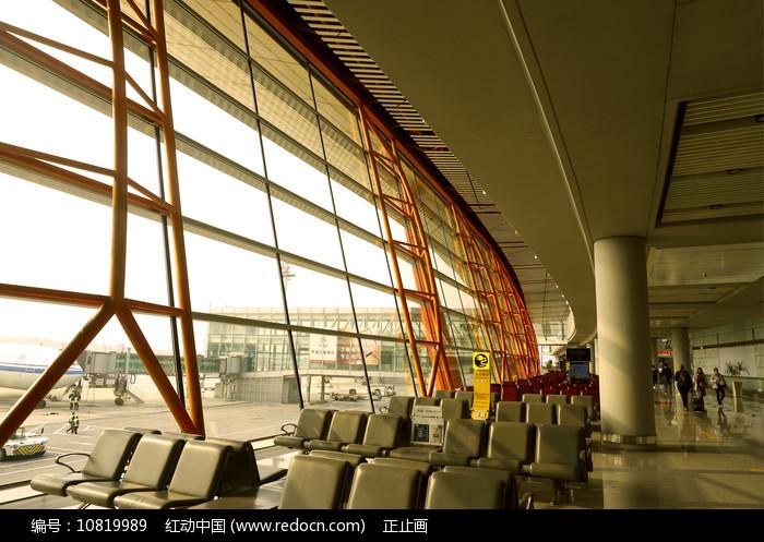 北京机场候机厅座椅及玻璃幕墙图片