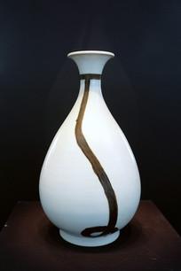 朝鲜时期白磁铁画垂纽文瓶