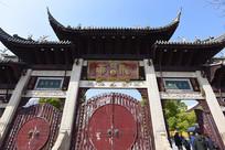 上海龙华寺的大门
