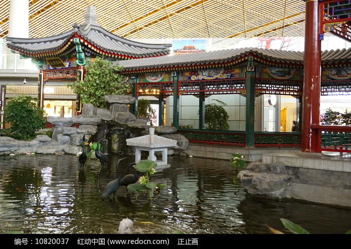 首都机场仿御园回廊及水景池塘 图片