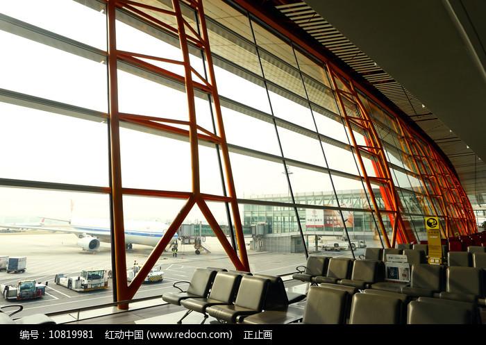 首都机场候机厅座椅及玻璃墙图片
