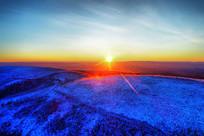 大兴安岭冬季山岭树林雾凇日出