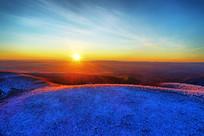 大兴安岭冬季雪色山林日出