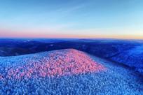 大兴安岭林区朝阳映红雪岭树林