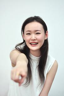 手指镜头大笑的女人
