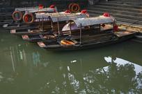 停靠码头的乌篷船