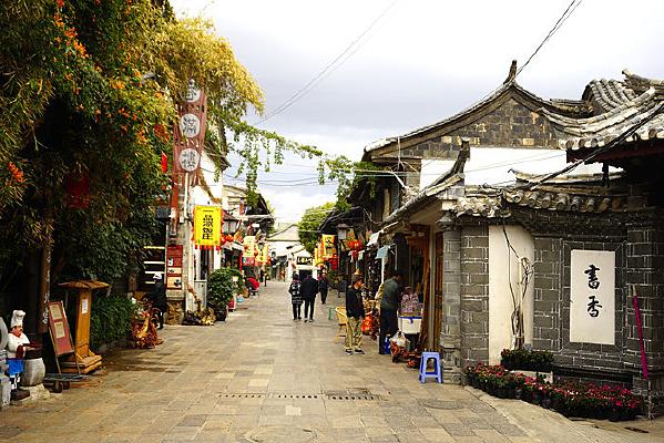 云南建水古城老街的早晨