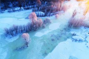 大兴安岭冬季冰河树林暖阳