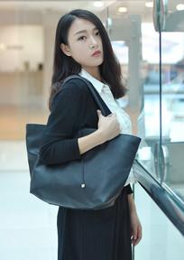 挎着黑色包包的女人