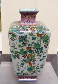 清代粉彩松鼠纹四方瓶