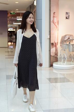 在商场逛街的女人
