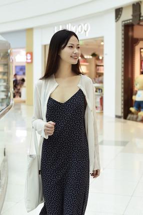 正在逛街购物的女人