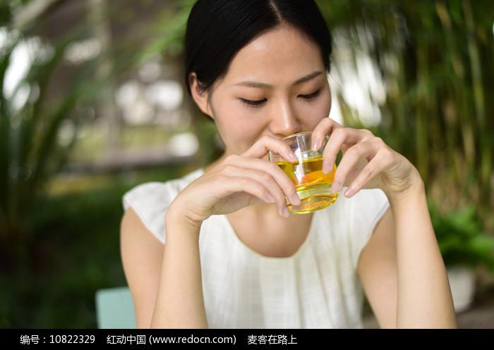 正在喝茶的女人图片