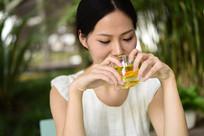正在喝茶的女人
