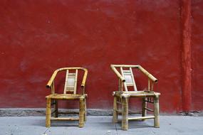 红墙和川西竹椅