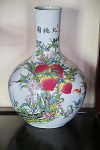 九桃图长颈瓶