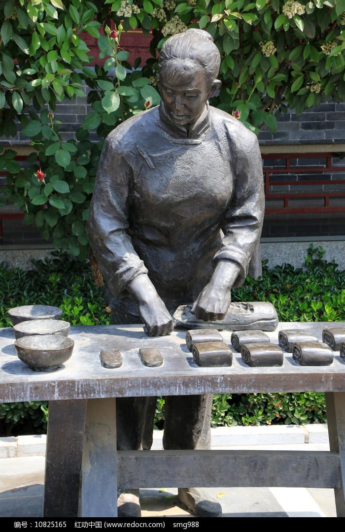 做面食的妇女雕像图片
