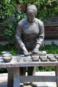 做面食的妇女雕像