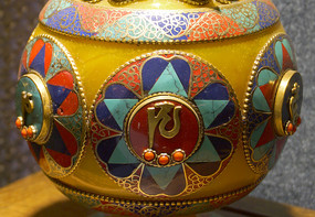 藏族蜜蜡镶宝石花瓶装饰局部