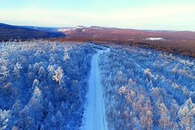 航拍林海雪原山路风景