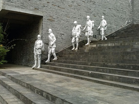 侵华日军罪行馆白色人物雕塑