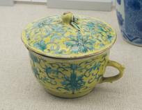 清代文物黄地绿彩莲枝花纹有流盖杯