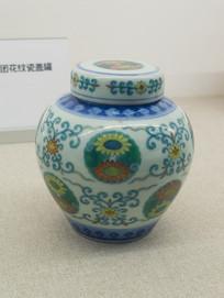 清代文物乾隆款斗彩团花纹瓷盖罐