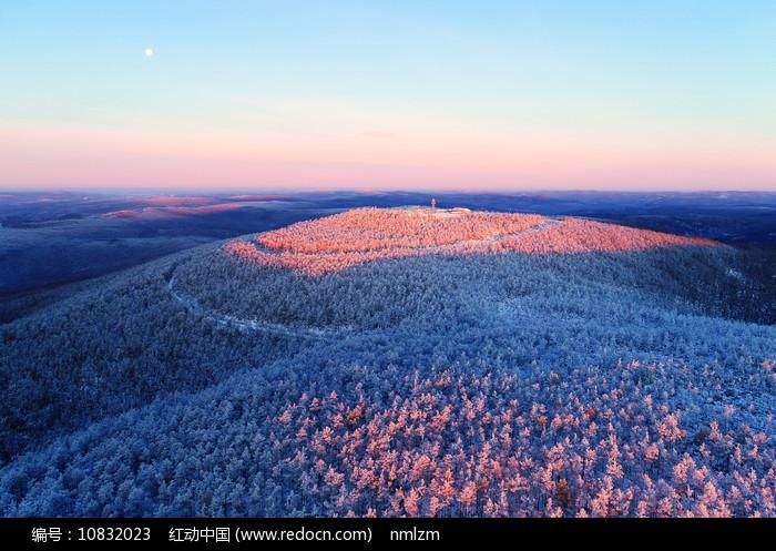 大兴安岭林海雪原山峦雾凇暖阳图片