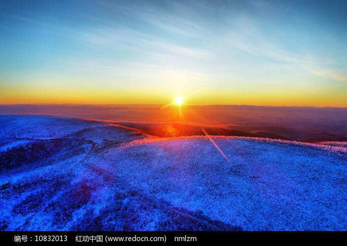 大兴安岭雪域山林日出图片
