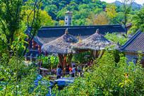 千山老房子与茅草顶木杆柱亭