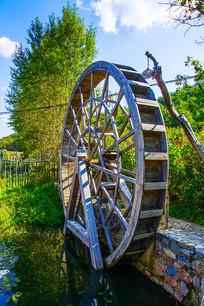 千山渔掌门老房子潭溪边的水车