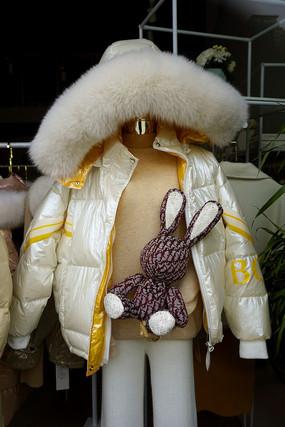 服装店玻璃橱窗模特-防寒服