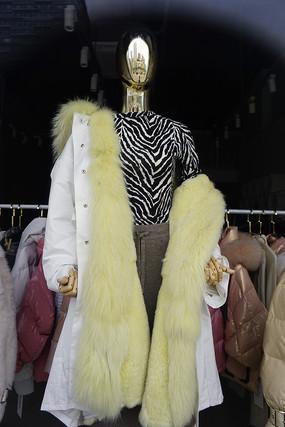 服装店玻璃橱窗模特-毛皮