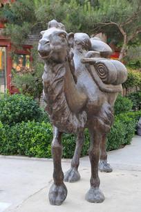 沙漠骆驼铜雕像