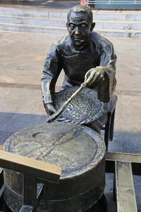 石碾子磨米铜雕像