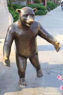 熊人铜雕像